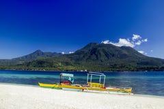 Łodzie na białej plaży tropikalna wyspa Zdjęcia Royalty Free