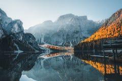 Łodzie na Braies Jeziorny Pragser Wildsee w dolomit górach zdjęcie stock
