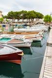 Łodzie na doku, moscie i oliwkach, Garda Włochy obrazy stock