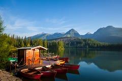 Łodzie na halnym jeziorze w Wysoki Tatrzańskim Zdjęcia Royalty Free
