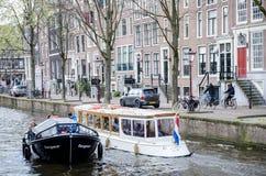ŁODZIE na kanale w centrum miasta o Amsterdam, KWIECIEŃ - 2016 - Obraz Royalty Free