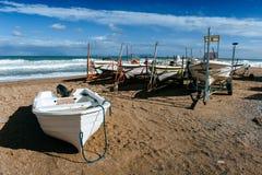 Łodzie na ląd na piasku Zdjęcia Royalty Free