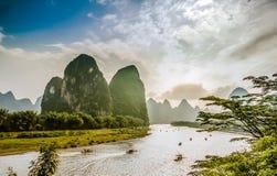 Łodzie na Li rzece w Yangshuo Chiny otaczający kras górami fotografia stock