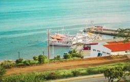 Łodzie na molu plaża w miasteczku blisko morza fotografia stock