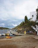 Łodzie na molu w Portowym Lligat przy pogodą sztormową zdjęcie royalty free