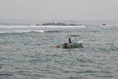 Łodzie na morzu w deszczowym dniu zdjęcia stock