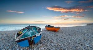 Łodzie na otoczak plaży Obraz Royalty Free