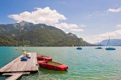 Łodzie na pięknym wysokogórskim jeziorze Fotografia Stock