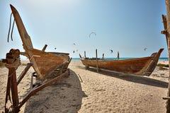 Łodzie na plaży przy wschodu słońca czasem Fotografia Stock