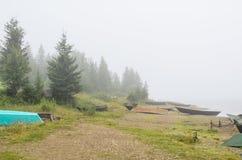 Łodzie na plaży w mgle zdjęcie royalty free