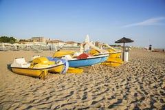 Łodzie na plaży w Rimini, Włochy obrazy royalty free