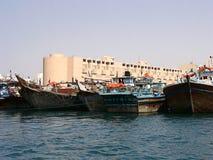 Łodzie na Podpalanej zatoczce w Dubaj, UAE zdjęcia stock