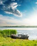 Łodzie na rzece w zmierzchu i niebieskim niebie nad nim obraz royalty free