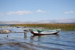 Łodzie na trzcinowym brzeg Titicaca jezioro w Boliwia Obraz Stock