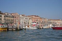 Łodzie na Wenecja nabrzeżu fotografia royalty free