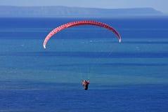 łodzie nad małym paraglider morzem Fotografia Royalty Free