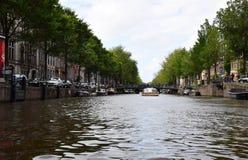 Łodzie objeżdżają przez kanałów w zachodu terenie Amsterdam, Holandia, holandie obraz royalty free