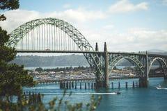 Łodzie pływa statkiem pod pięknym Oregon wybrzeża mostem zdjęcie stock