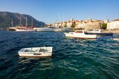 Łodzie parkować w marina w Śródziemnomorskim mieście Korcula obraz royalty free
