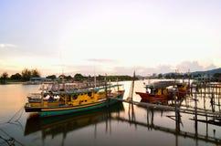 Łodzie parkują przy esplanadą Tanjung Api, Kuantan, Pahang, Malezja fotografia royalty free