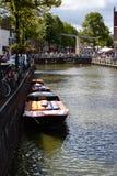 Łodzie pełno ser od Kaasmarkt w Holenderskim miasteczku Alkmaar miasto z swój sławnym sera rynkiem - Podróżujący obrazy stock