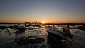 Łodzie plażowe o zachodzie słońca poklatka la caleta Cadiz Andaluzja zdjęcie wideo