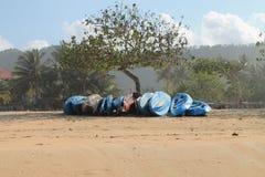 Łodzie pod drzewem - plaża Lombok wyspa Zdjęcie Stock