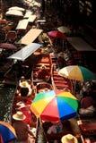Łodzie przewożą ludzi przy Damnoen Saduak spławowym rynkiem Obrazy Stock