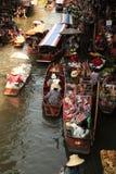 Łodzie przewożą ludzi przy Damnoen Saduak spławowym rynkiem Obrazy Royalty Free