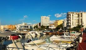 Łodzie przy śródziemnomorskim miasteczkiem L'Ampolla Zdjęcia Stock