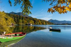 Łodzie przy bavarian halnym jeziorem zdjęcia royalty free