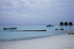 Łodzie przy kurort plażą przy Maldives Zdjęcia Royalty Free