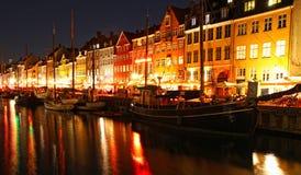 Łodzie przy Nyhavn ukrywają w nocy, Kopenhaga Obrazy Stock