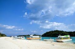 Łodzie przy plażą Zdjęcia Royalty Free
