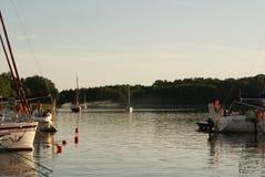 Łodzie przy połysku Mazury jeziorami w lecie Zdjęcie Royalty Free
