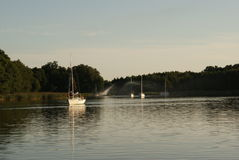 Łodzie przy połysku Mazury jeziorami w lecie Obraz Stock