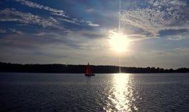 Łodzie przy połysku Mazury jeziorami w lecie Fotografia Stock