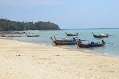 Łodzie przy zadziwiającą Phi Phi wyspą Zdjęcia Royalty Free