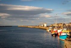 Łodzie rybackie cumowali w kroczu, Norhumberland, UK Molo i wejście zdjęcia stock