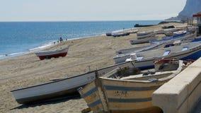 Łodzie Rybackie na brzeg plaża przy skałą Gibraltar, Hiszpania zbiory wideo