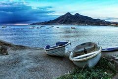 Łodzie rybackie na brzeg w ranku zdjęcie royalty free