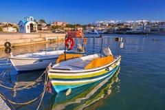Łodzie rybackie na linii brzegowej Crete obrazy royalty free