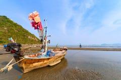 Łodzie rybackie na mieliźnie na plaży nad pogodnym niebem przy Prachuap Kh Obrazy Royalty Free