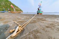 Łodzie rybackie na mieliźnie na plaży nad pogodnym niebem przy Prachuap Kh Zdjęcie Stock