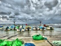 Łodzie rybackie na plaży na chmurnym dniu Zdjęcie Stock