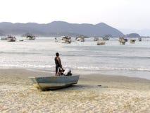 Łodzie rybackie na plaży Pereque w Guaruja w Sao Paulo zdjęcie stock
