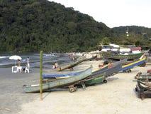Łodzie rybackie na plaży Pereque w Guaruja w Sao Paulo obraz stock