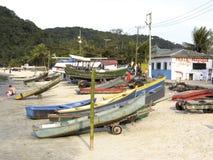 Łodzie rybackie na plaży Pereque w Guaruja w Sao Paulo zdjęcia royalty free