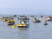 Łodzie rybackie na plaży Pereque w Guaruja w Sao Paulo zdjęcia stock