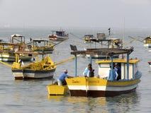 Łodzie rybackie na plaży Pereque w Guaruja w Sao Paulo obrazy stock